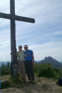 Das Gipfelkreuz mit den Bezwingern.